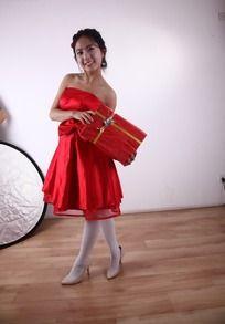 手拿礼物穿红裙子的女孩