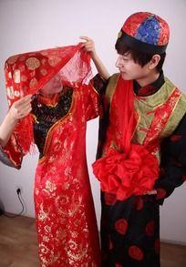 掀开红盖头含情脉脉看新郎的新娘图片