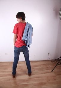 衣服搭肩上的红色T恤休闲帅哥背影