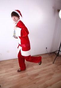 抱着礼物逃跑的圣诞老人