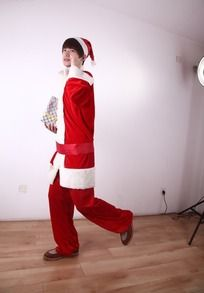 抱着圣诞礼物边跑的圣诞模特