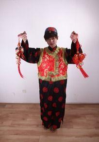 手拿红色中国结的古装男人