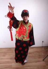 手提红色中国结的古装男子