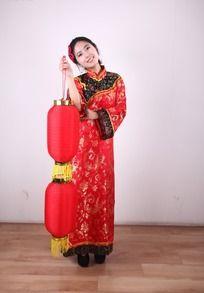 穿红色清宫服手拿红色双灯笼侧头微笑的女子