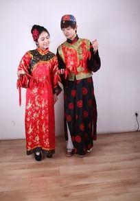 传统节日吉祥人物图片 手牵红辣椒垂目的古装新郎新娘