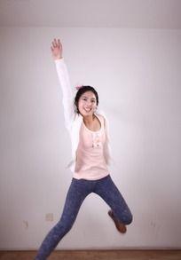 单手高举跳跃的模特