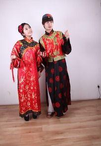 红红火火新年人物 手牵红辣椒的古装男女