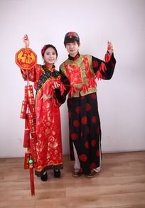 新年红火吉祥人物模特 手拎爆竹与红辣椒装饰的古装男女