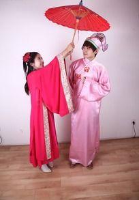 打着伞的情侣婚纱照高清图片