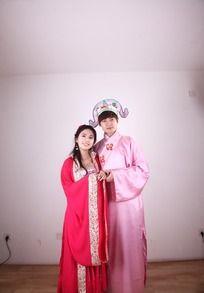 拍古装婚纱照的情侣图片