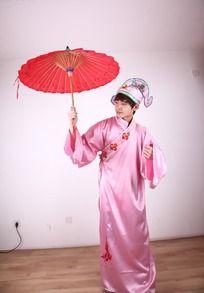 穿古装戏服拿红伞的男模特艺术摄影