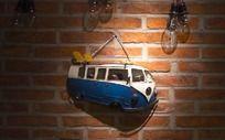 挂在墙壁上的汽车模型