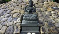 玛尼堆和菩萨像