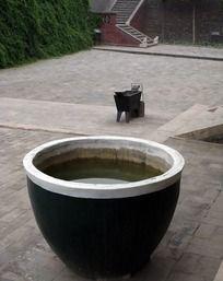 �}��_石山中间的水缸图片