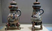 一堆古董瓷器