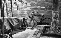 墙角的老式单车
