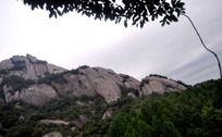 山顶上暴露的岩石