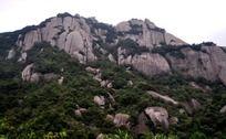 威严的岩石峭壁