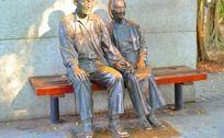 夕阳下老夫妻雕塑