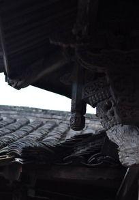 屋檐下的托木雕花