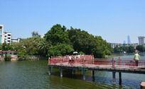 东山湖公园的贴水桥