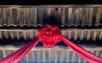 屋檐上的红绣球