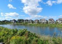 海外蓝天下的湖边别墅