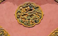 红墙上的龙纹雕刻