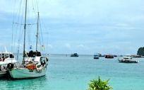 停泊在海边的小船