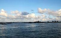 停满游艇的海岸线
