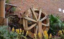 优雅的木水车
