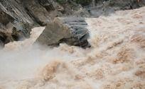 虎跳峡湍急河水