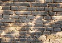 风蚀的青砖墙