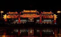 吉林市政府前灯光璀璨的牌楼景观
