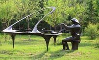 弹钢琴的人物雕塑