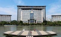 河岸的温州市府大楼