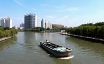 河道里的运输船