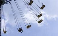 游乐园旋转的飞车