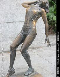 摆动作照相的女铜人