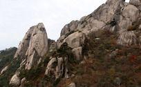 黄山奇石山峰上的莲花亭