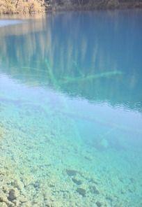 九寨沟湛蓝的湖水