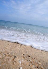 冲向岸边的海浪