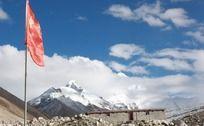 喜马拉雅山五星红旗飘扬