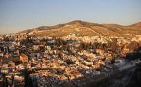 俯视黄昏中的欧洲小镇