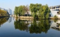 建筑河面倒影美景