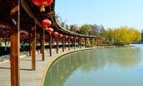 青枫公园的河面和长廊