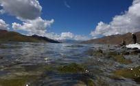 羊湖湍急的湖水
