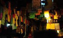 小吃店里满满的便签纸