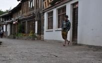 走在丽江古城的小巷里