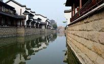 美丽的河面和古建筑